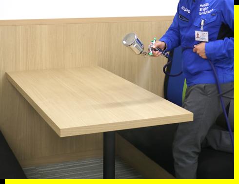 家具(テーブル)への直接噴霧の様子